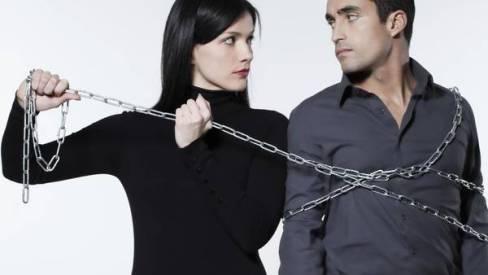 mujer encadenando a hombre