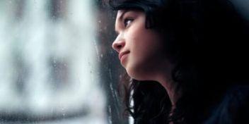 mujer con depresión por la ventana