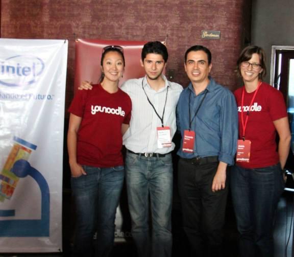 Rebeca Hwang, el ganador de Desafío Intel, Fernando Martínez y Adele Burnes.