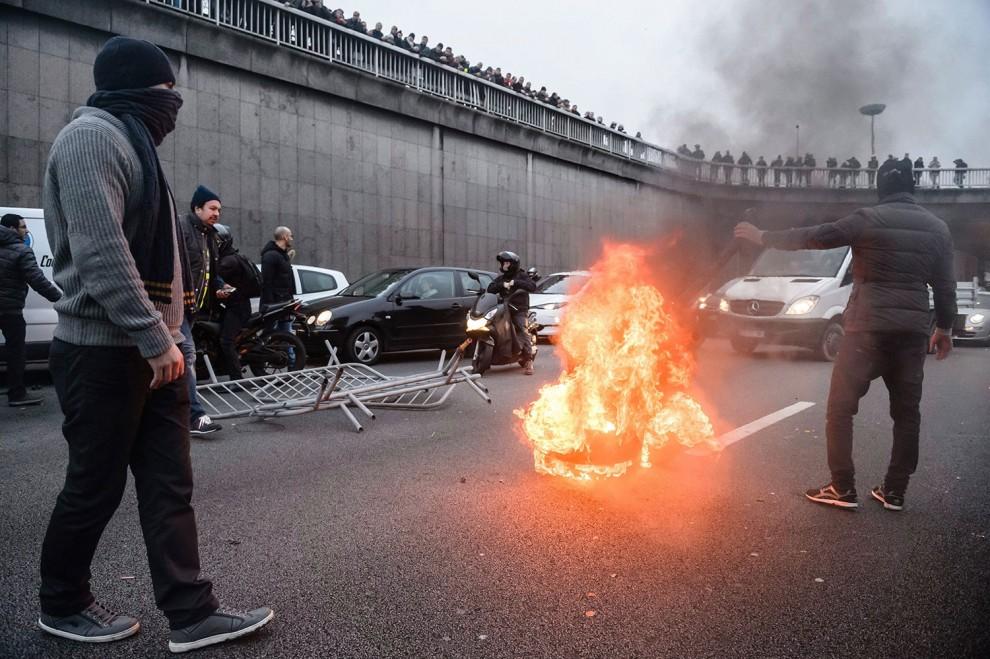 Conductores de Uber bloqueancalles de París en protesta por vehículos sin conductor de Google
