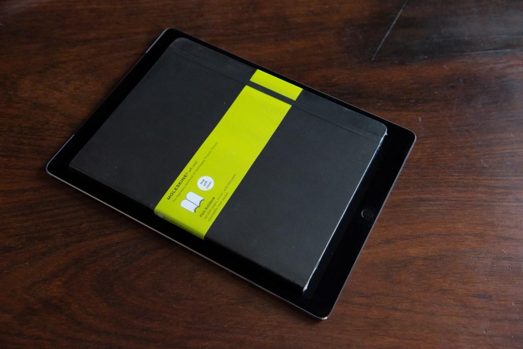 Das Moleskin ist eindeutig kleiner als das iPad Pro © Martin Skopal