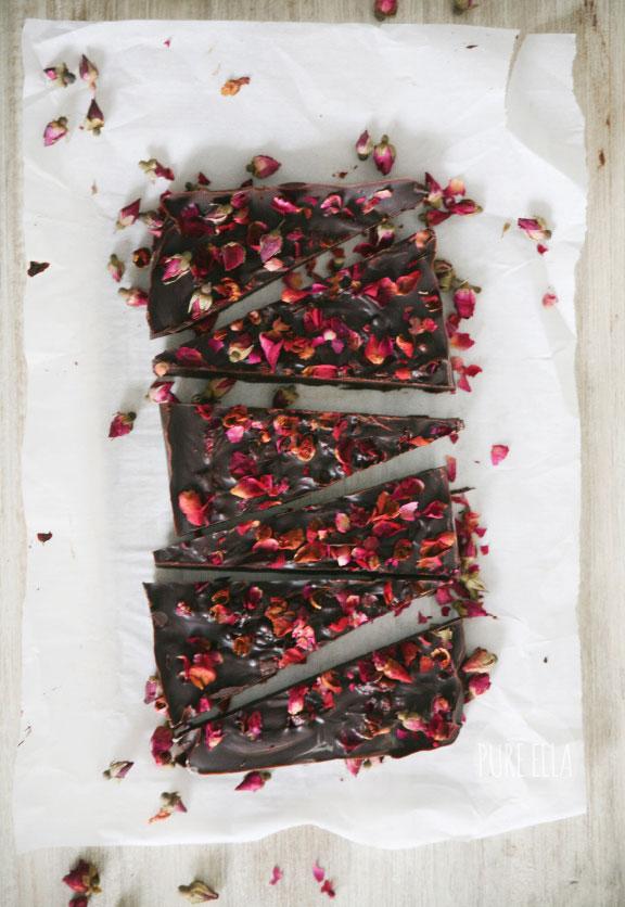 Valentijnsrecept: pure chocoladereep met rozenblaadjes