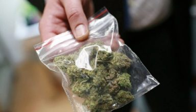 A bag of medical marijuana is shown at Oaksterdam University, a trade school for the cannabis industry, in Oakland, California July 23, 2009. Voters in the City of Oakland recently  passed Measure F, which  creates a new business tax rate for medical marijuana dispensaries. Picture taken July 23, 2009.  REUTERS/Robert Galbraith   (UNITED STATES SOCIETY POLITICS EDUCATION BUSINESS)