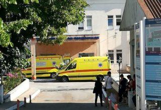 Ασθενοφόρο του ΕΚΑΒ μεταφέρει στο Μαμάτσειο νοσοκομείο τους τραυματίες μετά την επίθεση ενός άντρα με τσεκούρι εντός του κτιρίου της ΔΟΥ Κοζάνης, Πέμπτη 16 Ιουλίου 2020. Από την επίθεση τραυματίστηκαν τέσσερις υπάλληλοι και ο δράστης συνεκλήθη. ΑΠΕ-ΜΠΕ/ΑΠΕ-ΜΠΕ/ΔΗΜΗΤΡΗΣ ΣΤΡΑΒΟΥ