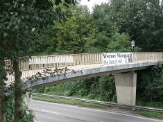 Banner an Fussgaengerbruecke zw. Boeckingen und Radweg n. Bad Wimpfen ueber Neckartalstrasse