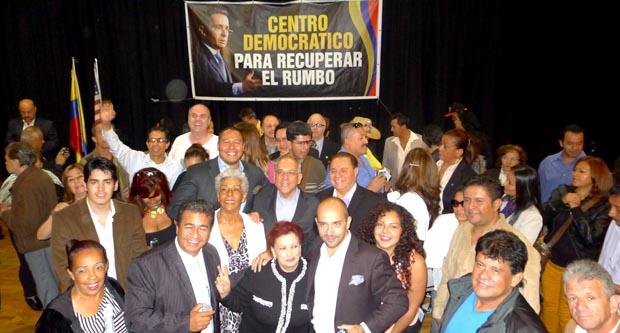 Los representantes del Centro Democrático y miembros de la comunidad colombiana en Nueva York bajo la imagen de su líder Alvaro Uribe Vélez en el restaurante Boulevard de Queens. Fotos Javier Castaño