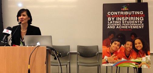 La doctora Ivonne Díaz-Claisse, presidenta de HISPA, dirigiéndose alpúblico en el edificio de Microsoft. Fotos Javier Castaño