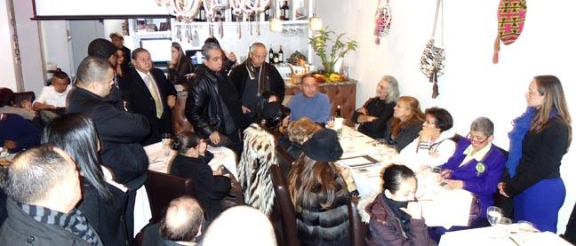 En el restaurante Puerto Colombia de Jackson Heights, Queens, la congresista colombiana Ana Paola Agudelo expuso sus ideas. Fotos Javier Castaño
