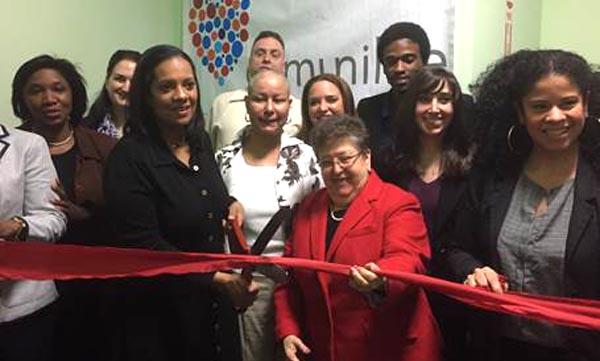 La doctora Rosa Gil, de rojo, acompaña a la concejal Julissa Ferreras en el corte de cinta de la nueva oficina de Comunilife en Queens. Foto cortesía