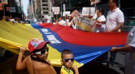 Plantón en NY contra la paz en Colombia y el presidente Santos