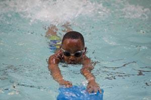 Un niño disfrutando de las piscinas de la ciudad de Nueva York. Foto cortesía DOE