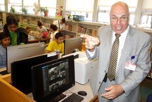 Michael Daly frente a una de las pantallas de vigilancia.