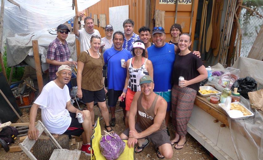 El grupo de latinos compartiendo en la sede del North Brooklyn Boat Club bajo la orientación de Monica y Robert Schroeder. Foto cortesía del NBBC