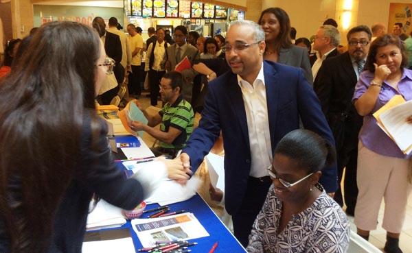 Feria de trabajo del senador Peralta en el Queens Mall