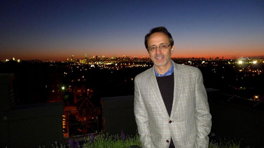 Alfredo Garzón con Manhattan al fondo. Foto Javier Castaño