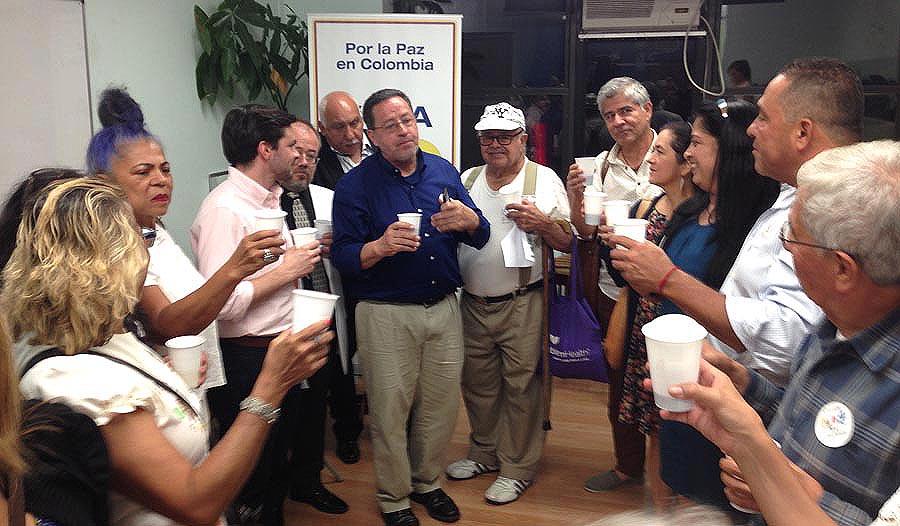 El brindis de colombianos en Nueva York por la pa, incluyendo seguidores de las Farc y del gobierno de Colombia.