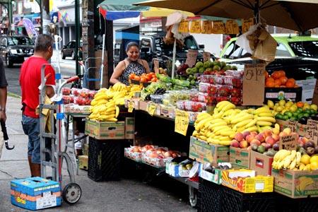 La venta de verduras y frutas en la calle es común en los vecindarios latinos de Queens.