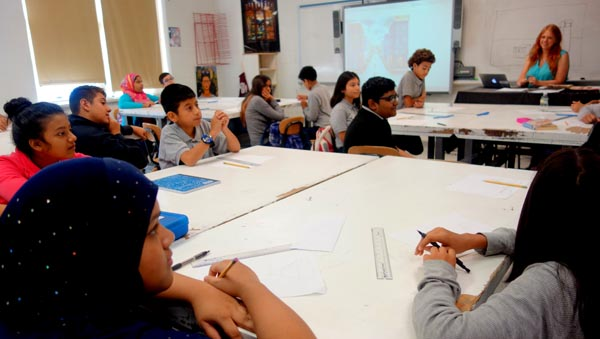 Joyas Ocultas: Escuela pública IS 230 de Queens se enfoca en arte y civismo por el beneficio de la comunidad