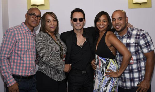 AARP cumple el sueño a dos fans de Marc Anthony en Nueva York