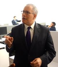 El contralor Scott Stringer dando a conocer su informe sobre el otorgamiento de contratos a las empresar minoritarias en la ciudad de Nueva York.