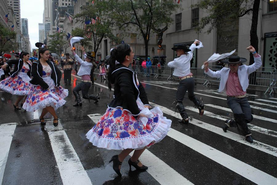 La delegación de Chile también le puso entusiasmo al Desfile de la Hispanidad que este año celebra 52 años de fundado. Foto Humberto Arellano