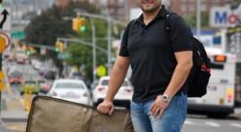 Carlos Duque y su maleta de golosinas