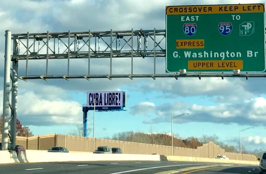 En la ruta 80 de Nueva Jersey, antes de llegar al Puente Washington, este letrero electrónico sugiere que habrá libertan en Cuba con la muerte de su líder Fidel Castro. Foto Oscar Frasser