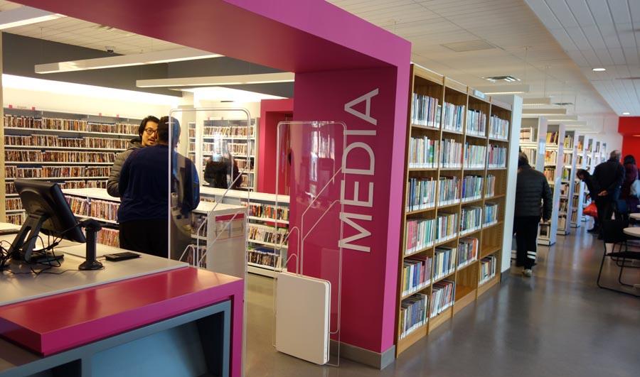En el segundo piso se halla el salón para adquirir revistas, música y películas.