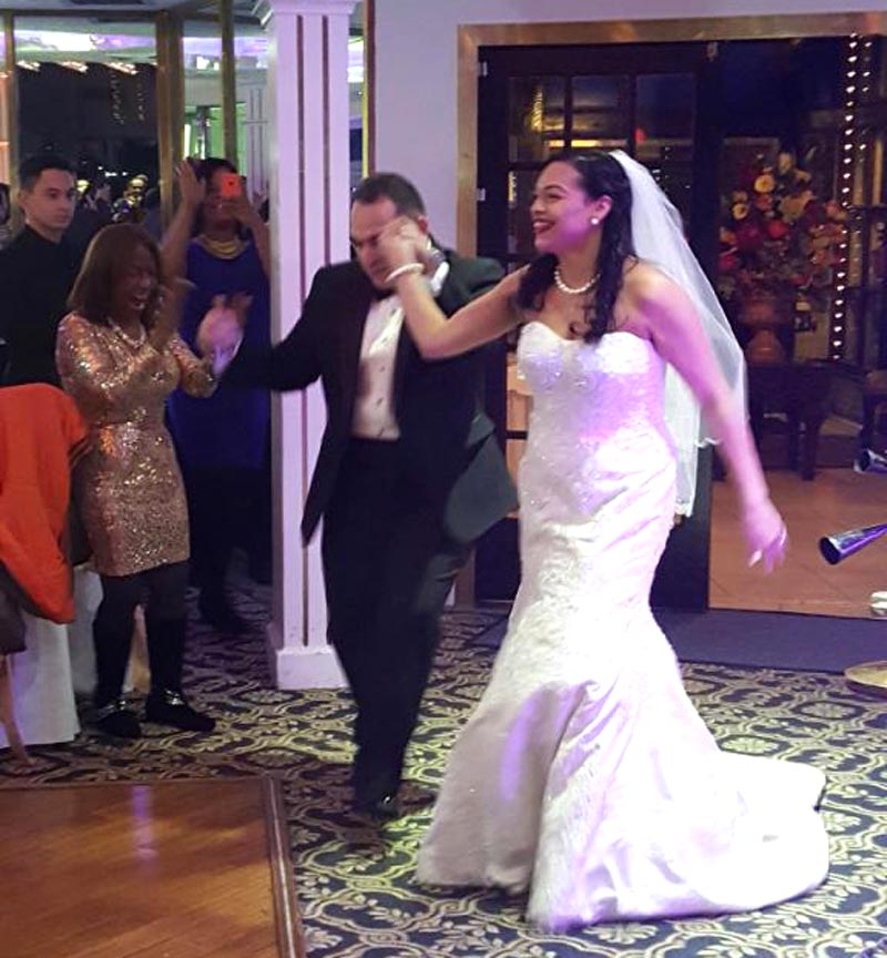 La pareja disfrutando el día de su matrimonio.