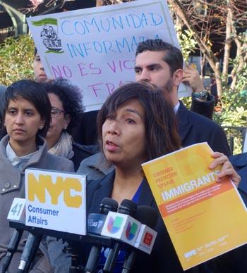 Lorelei Salas, comisionada del Departamento de Asuntos del Consumidor, exhibiendo un folleto que su oficina preparó para orientar a los inmigrantes para que eviten el fraude.