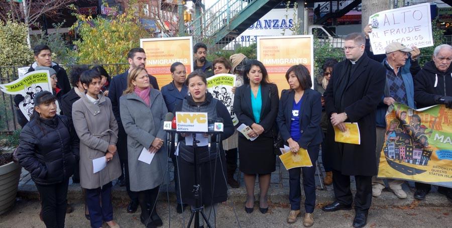 Natalia Aristizábal de Make the Road New York frente al micrófono presentando a los políticos y representantes de la ciudad de Nueva York.