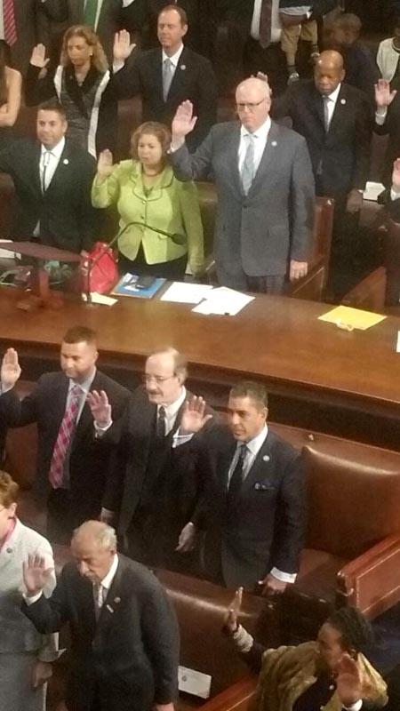 La juramentación de Adriano Espaillat, a la derecha de la segunda fila, en medio de los demas congresistas.