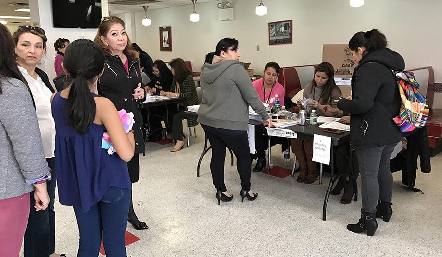 Los ecuatorianos de Nueva York acudieron en masa a votar en el Queens Colleges el domingo 19 de febrero. Fotos Javier Castaño
