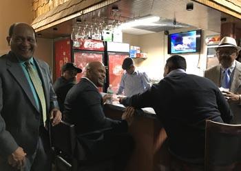 En el bar de Hermanos Unidos de Queens se vive el béisbol como en Dominicana. Foto Javier Castaño