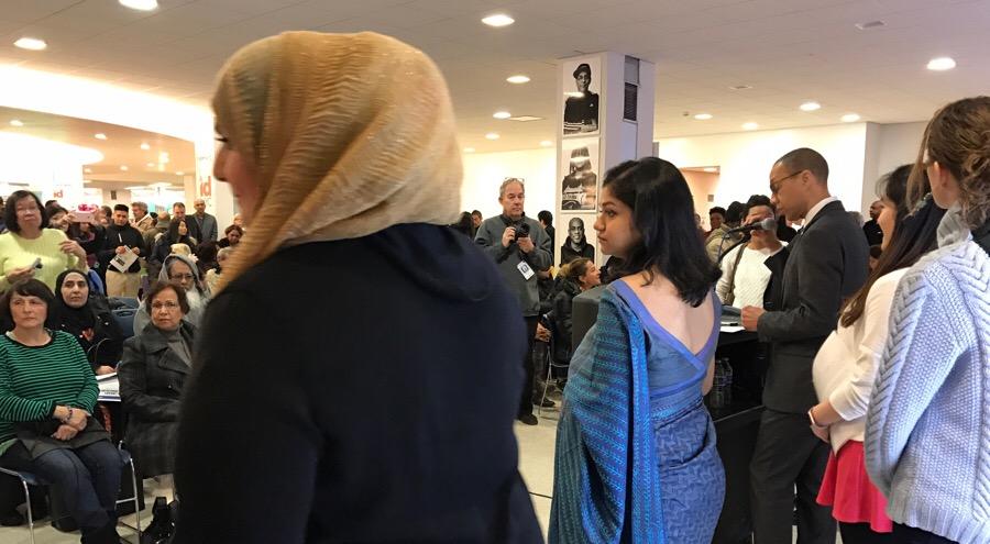 El público y Nancy Almatare, de Yemén, contraje típico de su país.