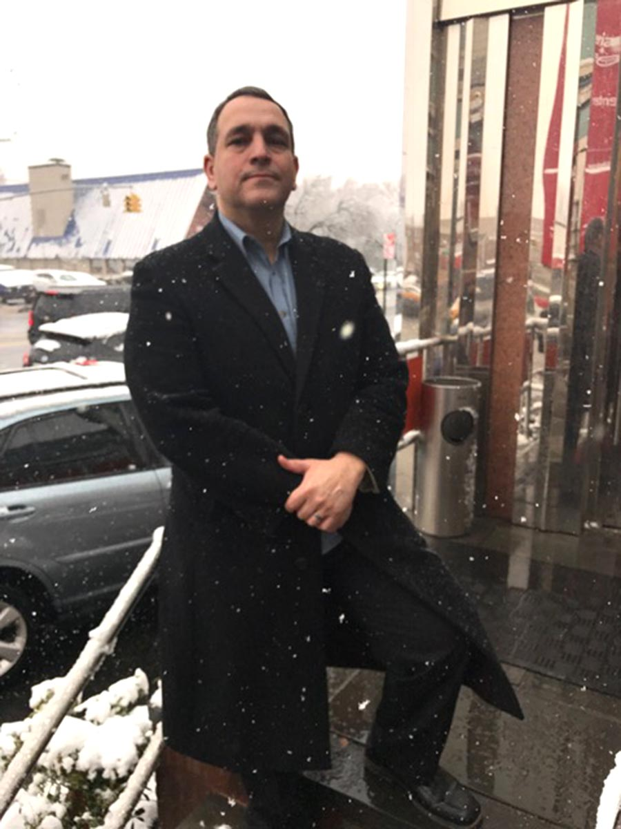 Hiram Monserrate bajo la nieve en el Jax Diner de Northern Boulevard y la calle 72, en Jackson Heights, Queens. Fotos Javier Castaño