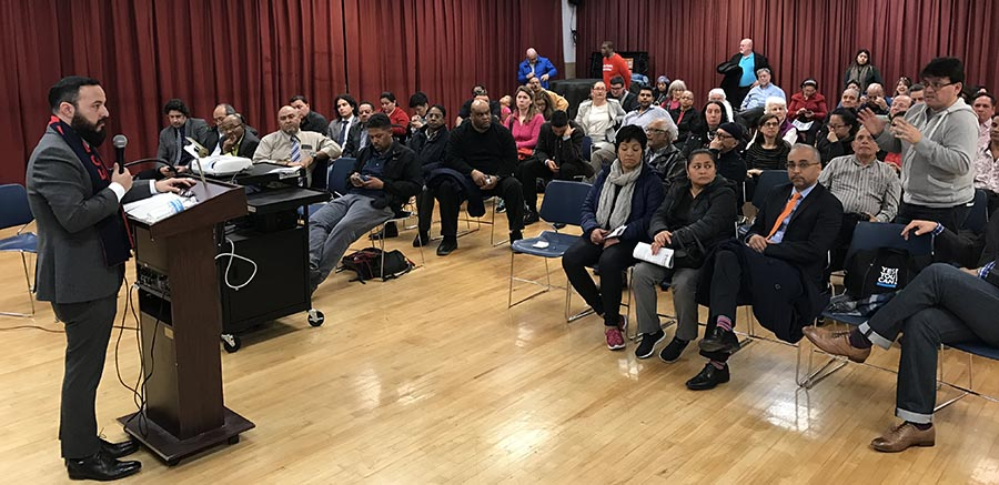 El sanador José Peralta en primera fila mientras el asambleísta Moya contestaba preguntas