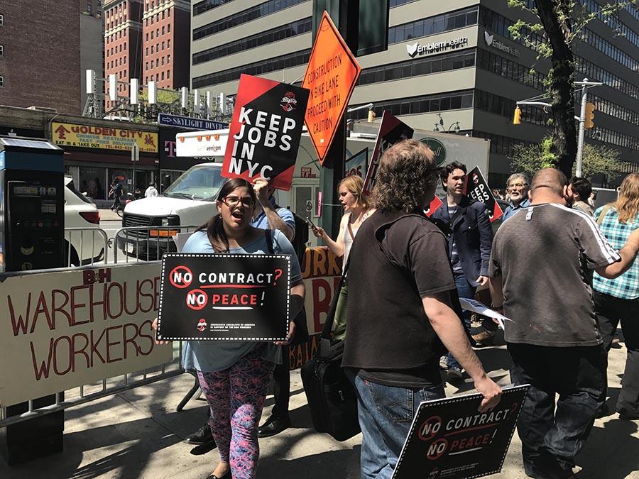 Los manifestantes exigían mejores condiciones salariales de los empleados de B&H. Foto Oscar Frasser