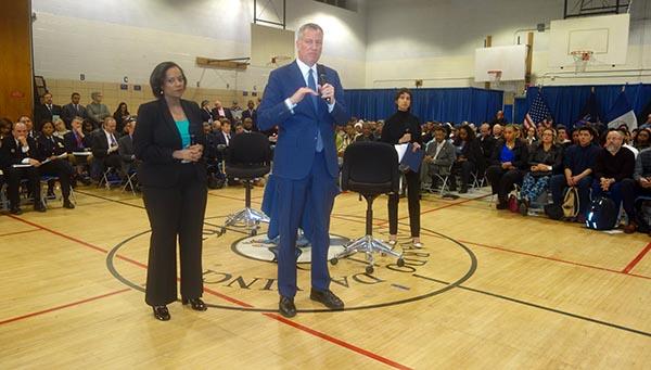 Alcalde Bill de Blasio visita Corona para calmar inmigrantes