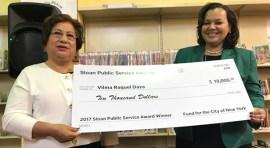 Vilma Daza de la Biblioteca de Corona recibe premio comunitario