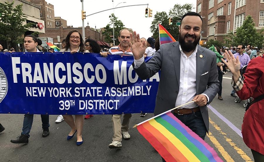 El asambleísta Francisco Moya ondenado la bandera gay.