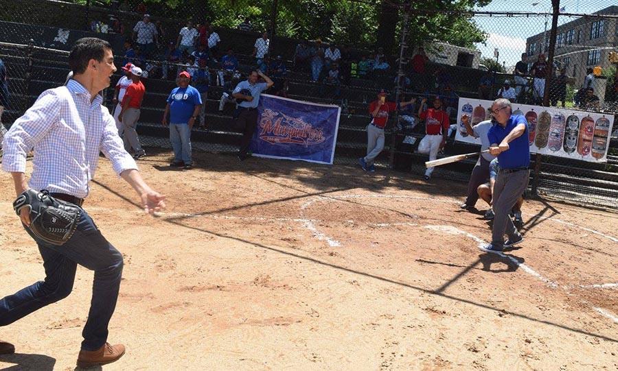 El concejal Ydanis Rodríguez lanza la pelota y el senador dominicano Heinz Vieluf mete el batazo.