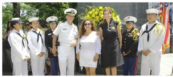 María Isabel Nieto, Cónsul General de Colombia en Nueva York (de negro), durante el homenaje esta semana en el monumento al Libertador Simón Bolívar del Parque Central en Manhattan.