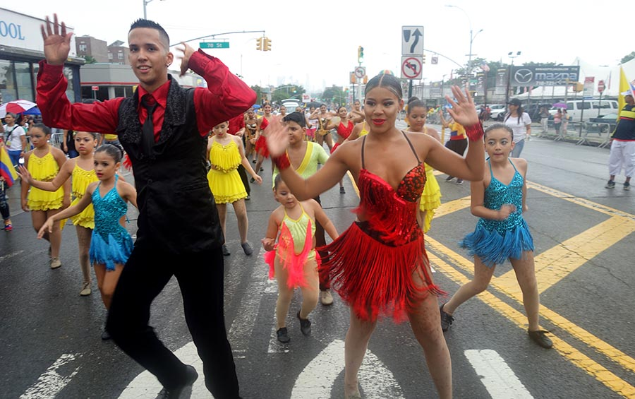 Al ritmo de Cali Salsa Pal' Mundo por la Northern Boulevard, Queens.
