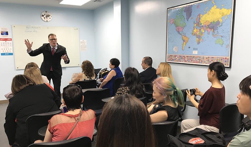 John Zurschmiede explicando cómo funcionan las clases de inglés en los siete ZONI Language Centers del área metropolitana de Nueva York.