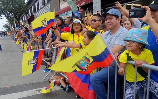 Ecuatorianos ondeando con orgullo su bandera en Northern Boulevard, Queens. Foto Javier Castaño