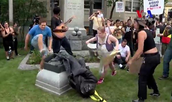 Escupen y patean estatuas en EE.UU.