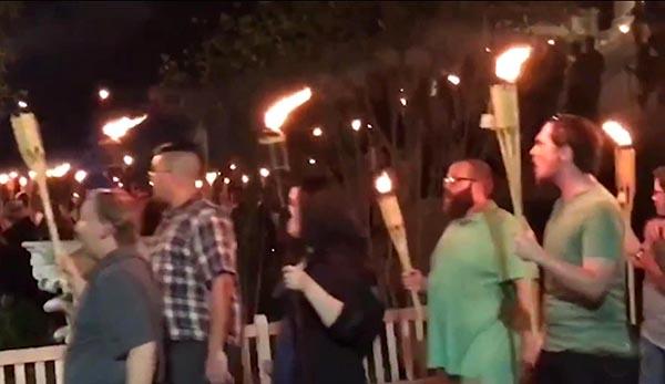 Racistas marcharon en la noche al estilo del Ku Klus Klan.