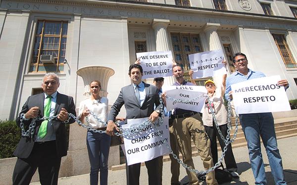 Yonel Letellier se encadena frente a la corte para buscar aprobación de su candidatura al Concejo de NY