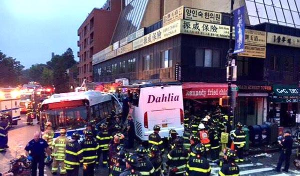 3 muertos y 16 heridos en accidente de buses en Flushing